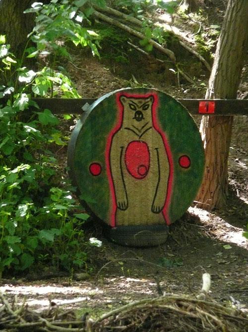 Zielscheibe mit aufgemaltem, stehenden Bär